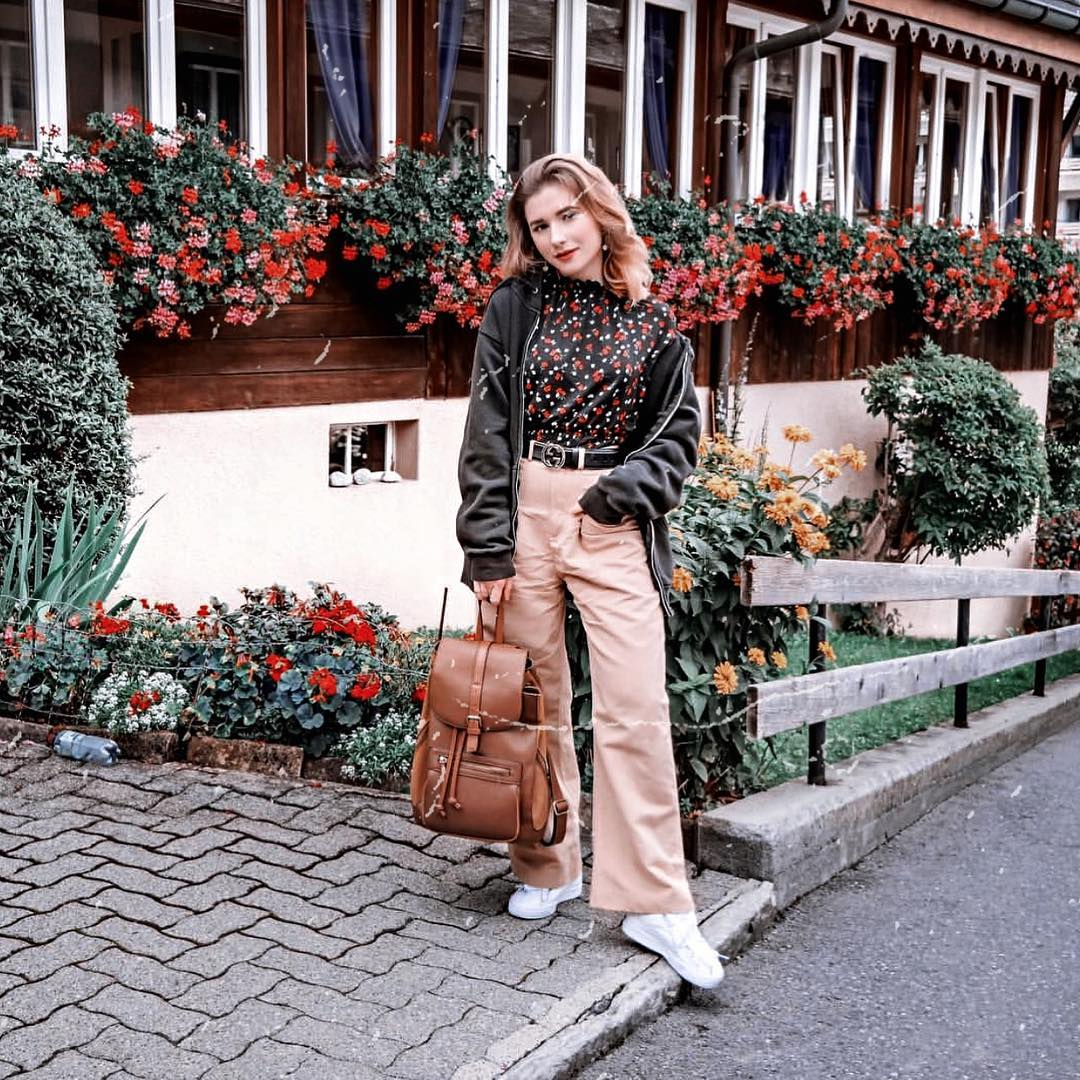 Fall outfit in the style of 1970 with a black hoodie, beige wide pants and white sneakers 2021