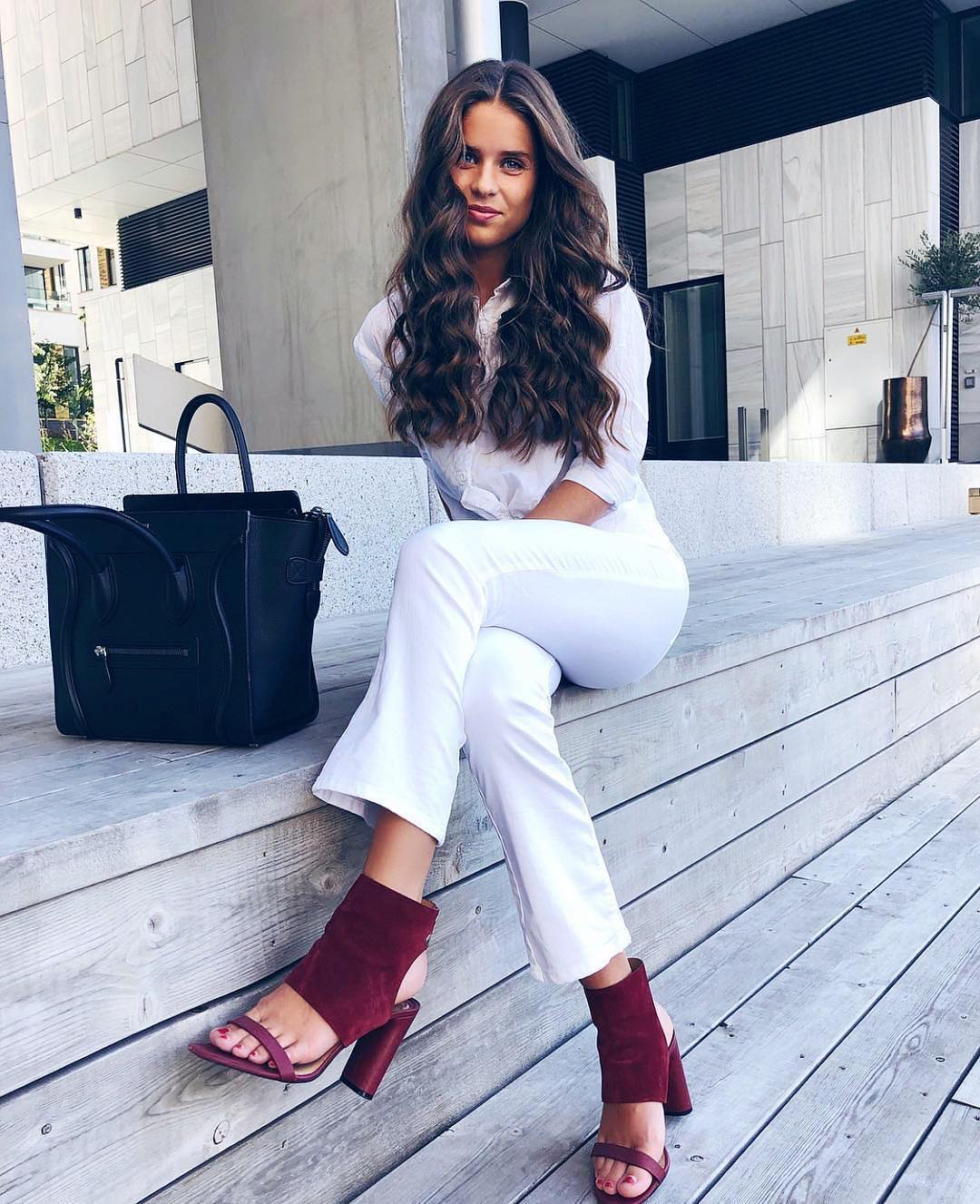 All white outfit idea with maroon peep toe boot sandals for fall 2021
