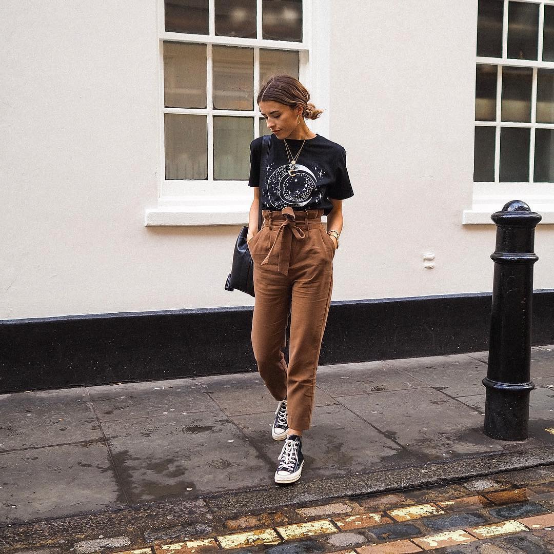 Black t-shirt and collected light brown pants with black sneakers for summer 2021