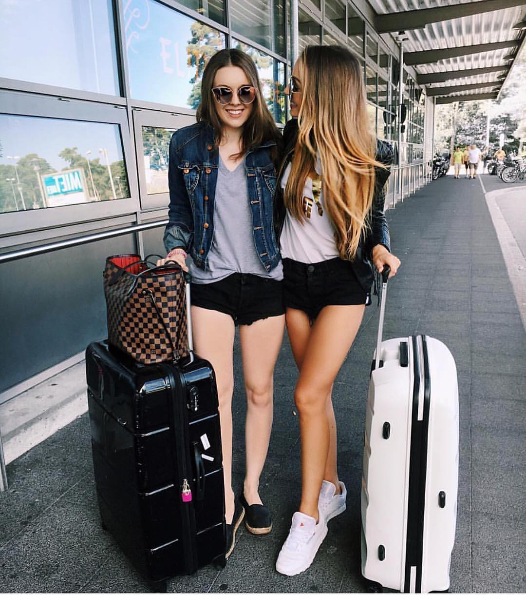 Denim jacket, T-shirt, black shorts and sneakers: airport outfit idea for summer 2021
