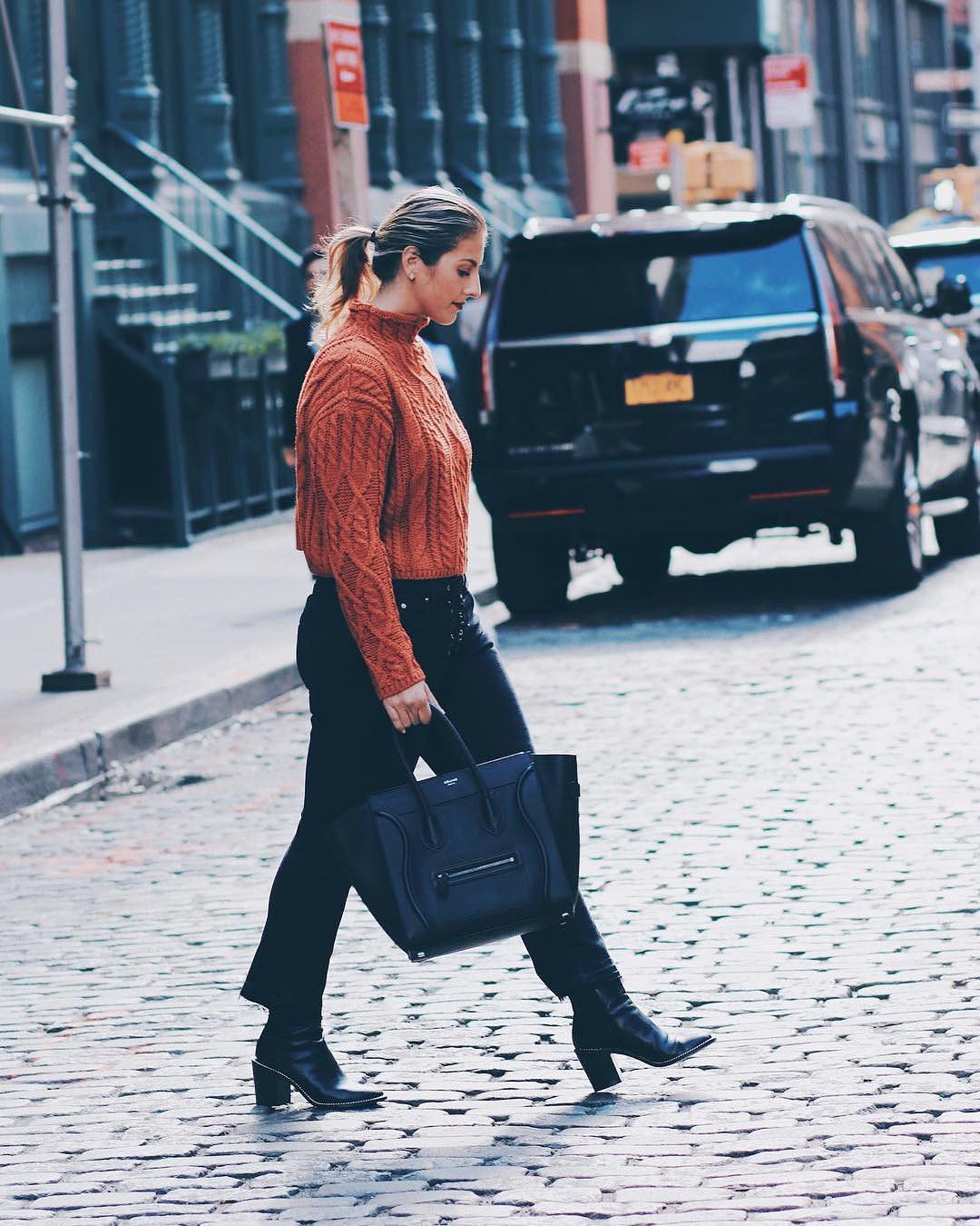 How to wear a knitted sweater with flared crop jeans in black this fall 2021