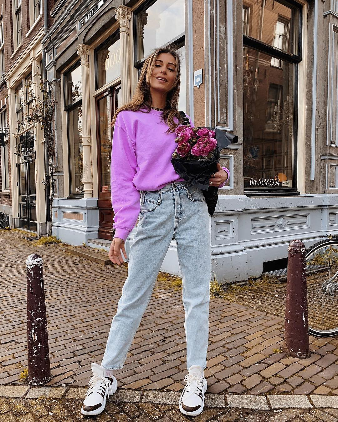 Pastel purple sweater, normal jeans and sneakers Sporty normcore for spring 2021