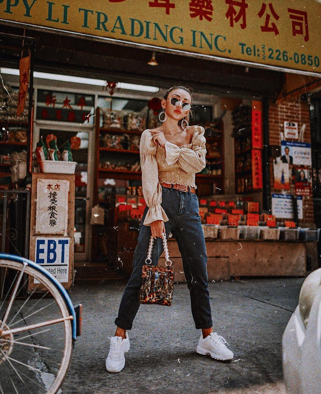 Puff long-sleeved blouse with cuffed jeans and white sneakers for spring 2021