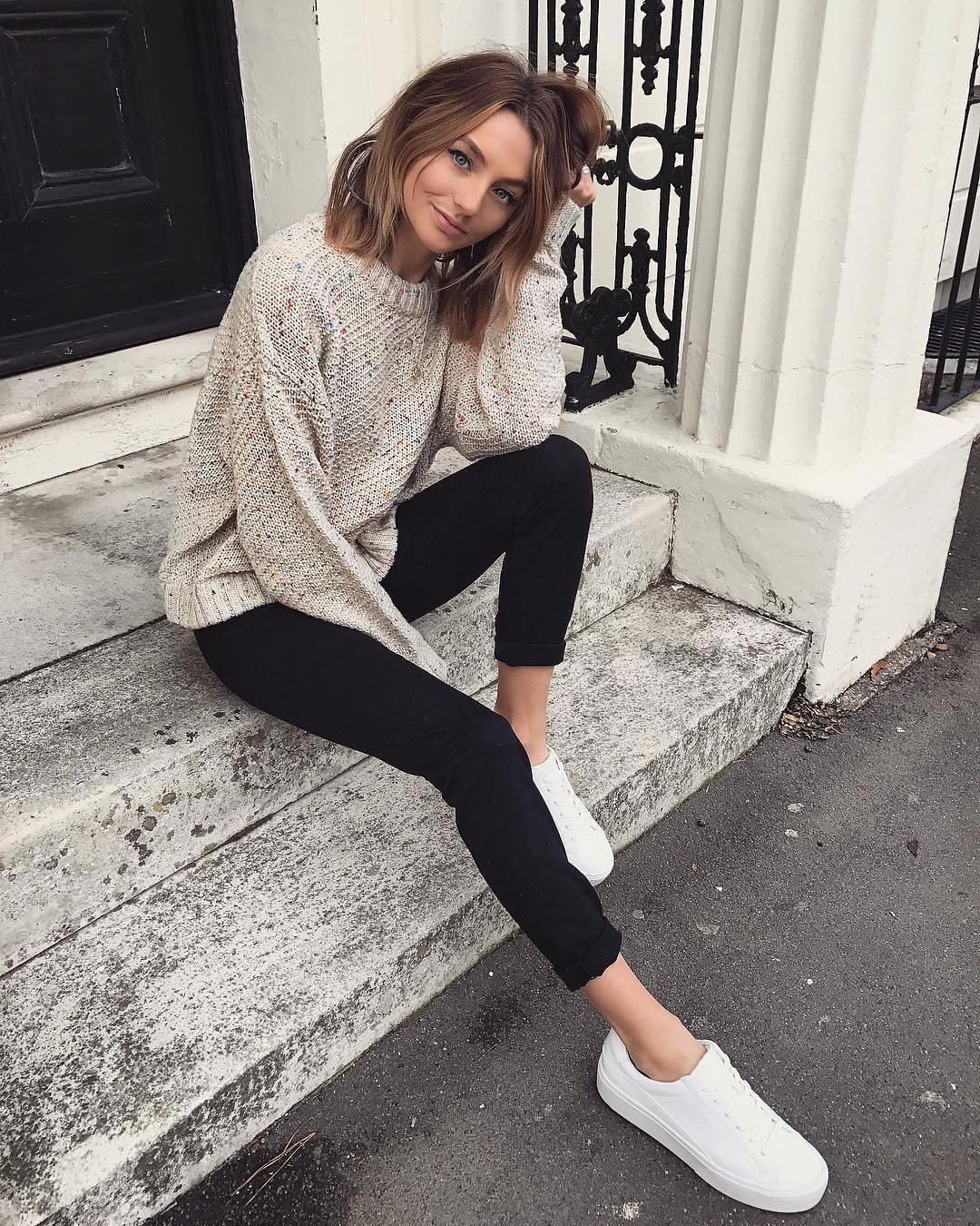 Relaxed sweater, narrow trousers in black and white sneakers: essentials for autumn 2021