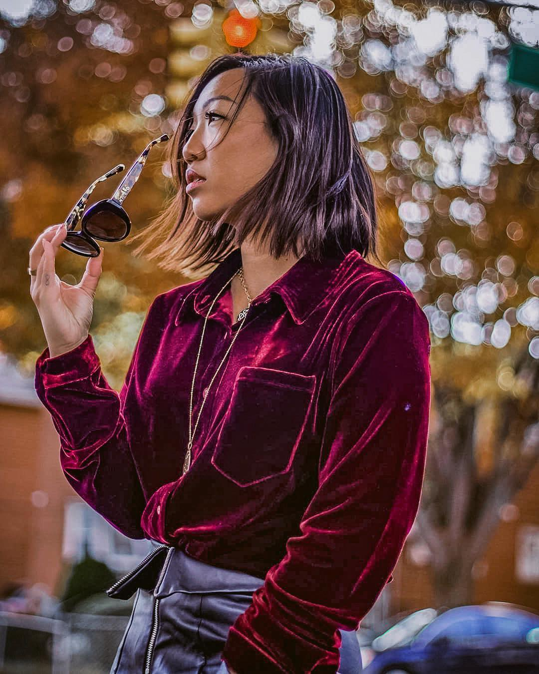 Velor shirt in chestnut brown in a black leather skirt: Autumn OOTD 2021